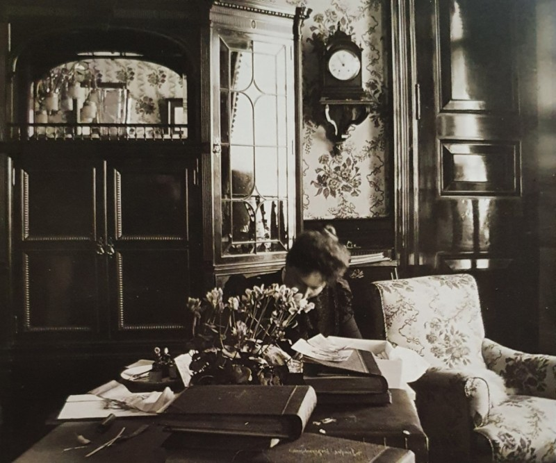 Императрица Александра Федоровна за рабочим столом в Александровском дворце Царского Села. Неизвестный фотограф. 1900-е г.г. 9,1 х 10,3 см. ГА РФ