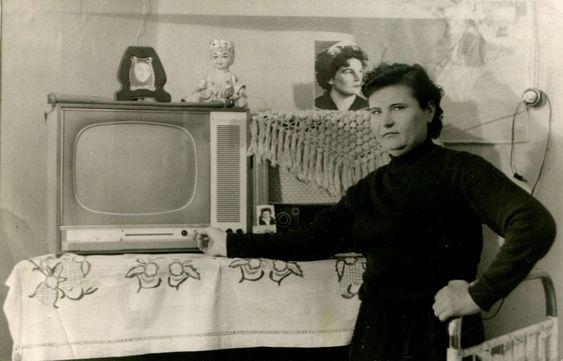 """Сухих Софья Иосифовна, разнорабочая комбината «КМАруда», включает телевизор в своей квартире. 1966 """"Губкинский краеведческий музей"""""""