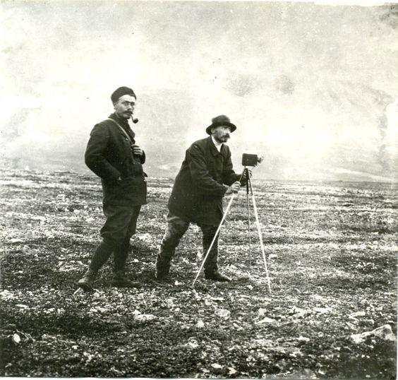 В.А. Русанов (справа) на Новой земле. Становище Маточкин Шар. 1908. Фотограф Захар Виноградов.