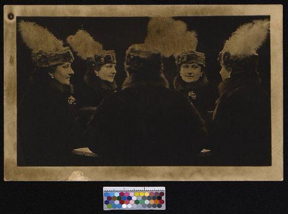 Фотосалон «Монстр». Открытка. Никитина А.П. у зеркала с четырёхкратным отражением.