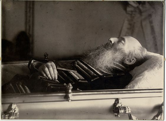 А.А. Фет в гробу. Фотография Р. Бродовского. 1892