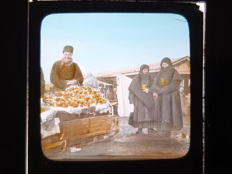 Карл Элоф  Берггрен. Торговец пирожками и сборщицы милостыни. Москва. 1900-е