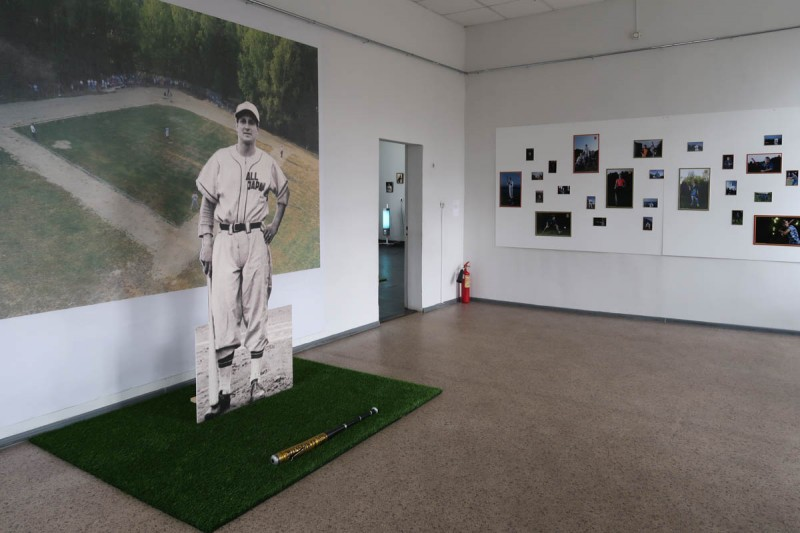 """выставка Икуру Куваджима """"Сказ о том, как тагильский мальчик Витя Старухин стал японским бейсболистом Виктором Старффином"""""""