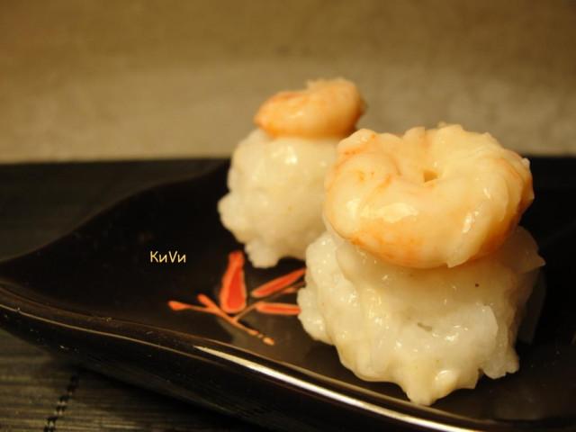 рисовые шарики с креветками в остром чесночном соусе