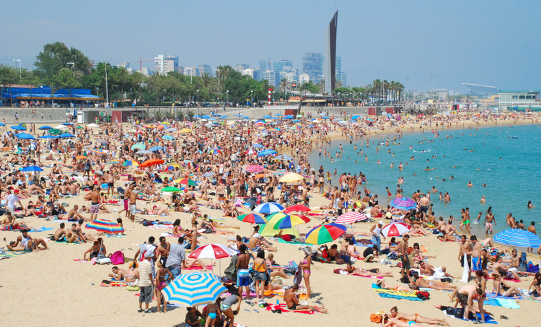 poblenou_beach_crowds