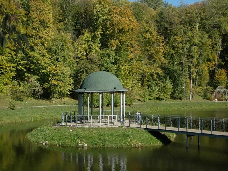 Основные достопримечательности Киева в фотографиях Gazebo-on-the-pond-in-Pheophaniya-park