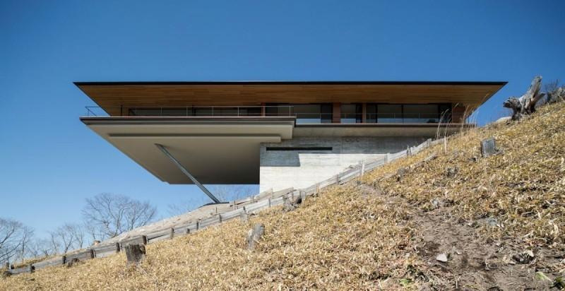 Постройка дома на склоне горы Яцугатаке  1