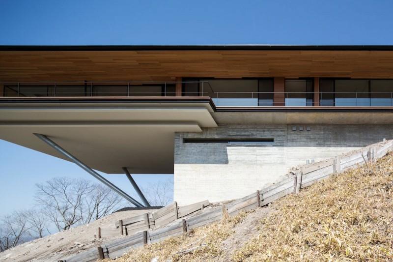 Постройка дома на склоне горы Яцугатаке  3