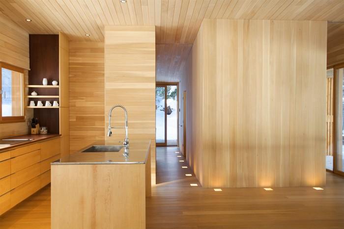 Дом из дерева посреди канадского леса 7
