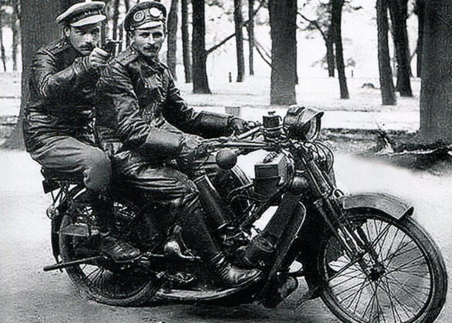 Офицеры на мотоциклете.