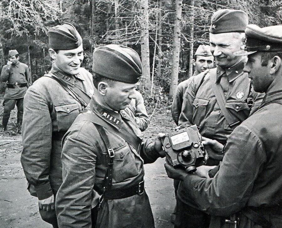 img978_Евгений Петров, Михаил Шолохов, Александр Фадеев (слева направо)+приборы с немецкого танка