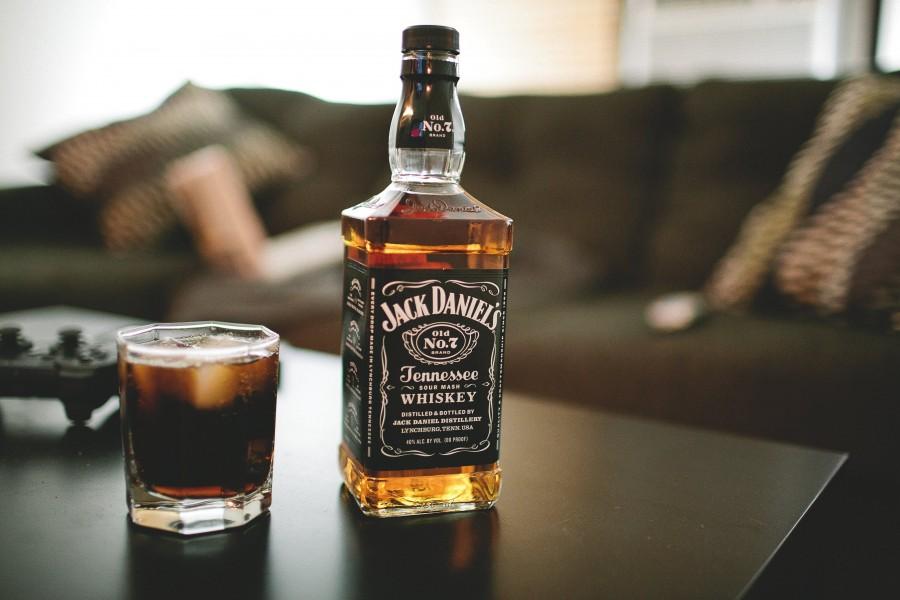 Jack-daniels-whiskey-bottle-glass-alcohol_4368x2912_1