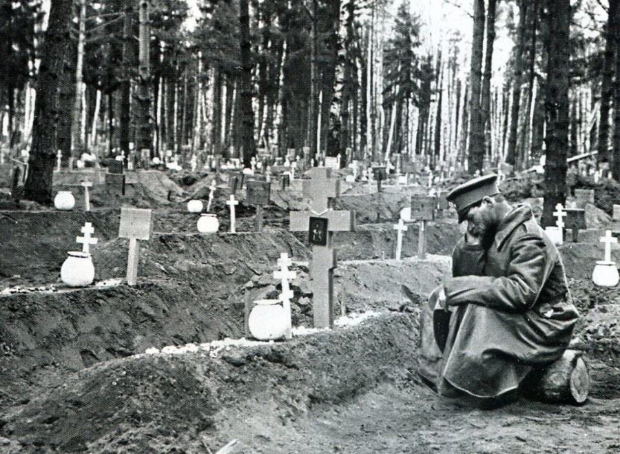 У могилы однополчанина.