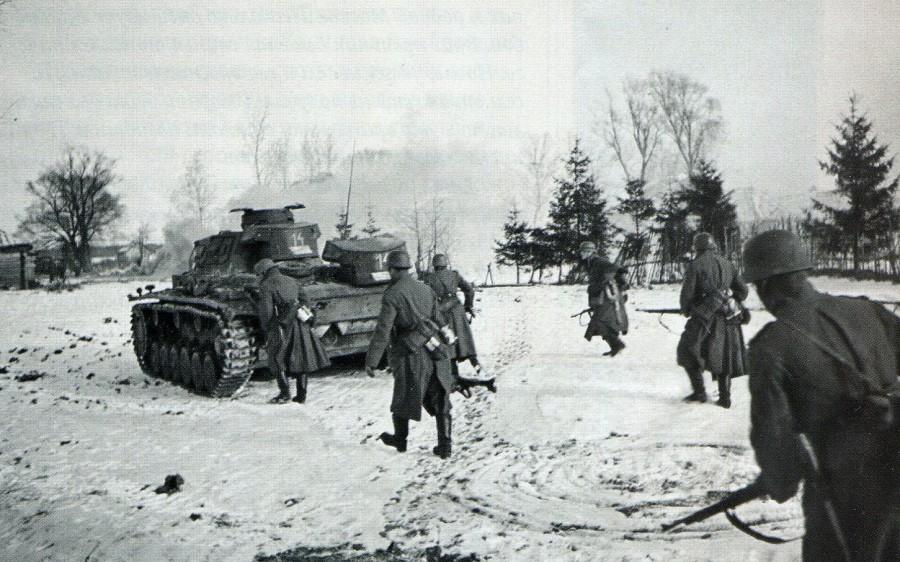 Немцы бредут в атаку под Волоколамском.