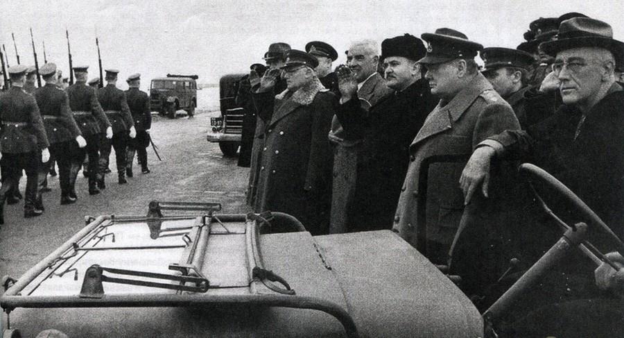 Смотр почётного караула на аэродроме в Крыму.
