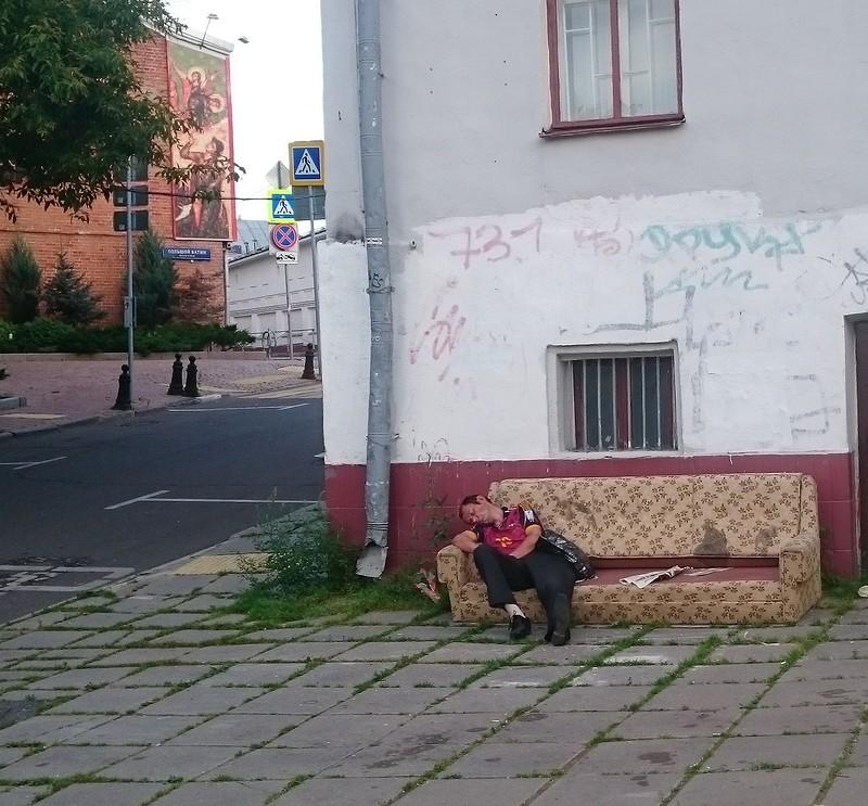 бомж на диване.jpg