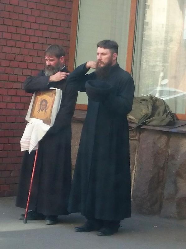 Монахи-ходоки у Матроны 3.jpg