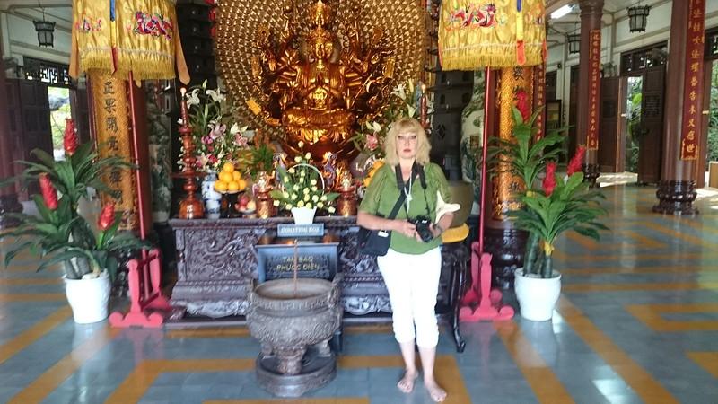 Оля в буддистском храме 4.jpg