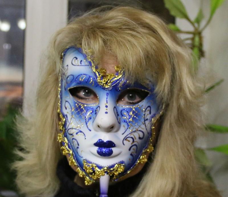 Ольга в маске декабрь 2014 6.jpg