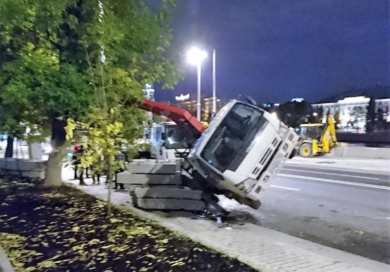 Таганка грузовик опрокинулся 2.jpg