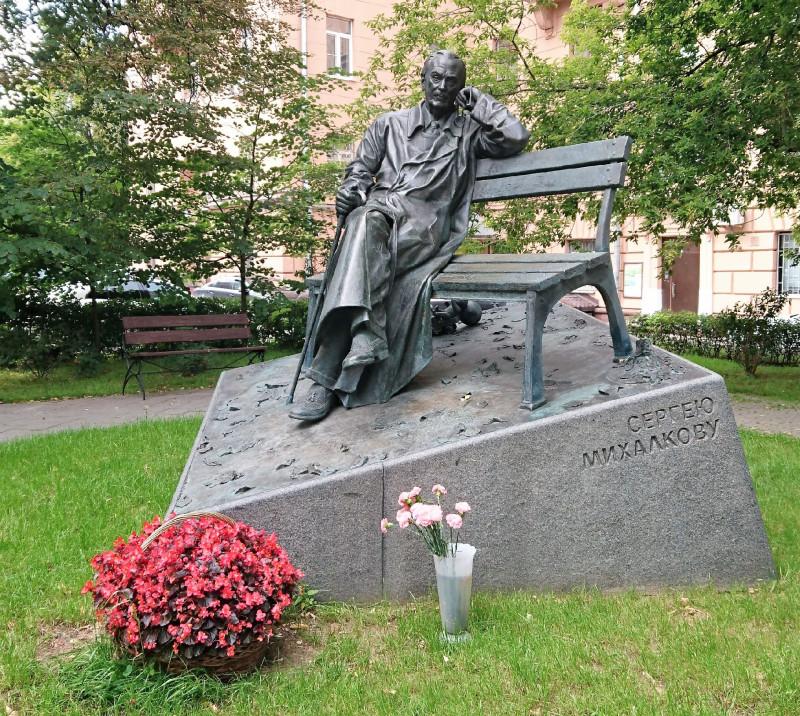 Памятник Сергею Михалеову 6 августа 2019 2.jpg