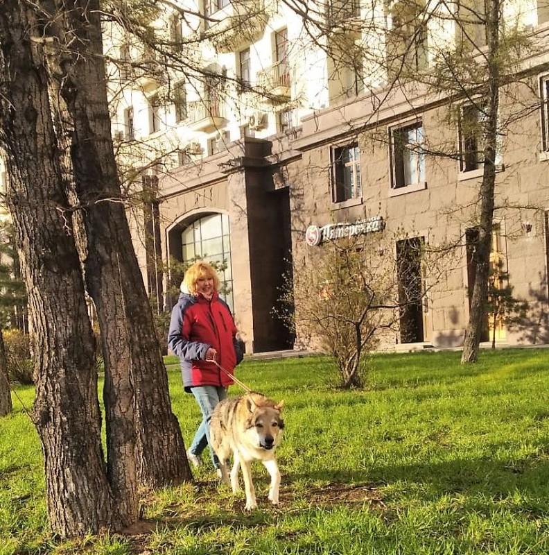 Ольга с Канисом у высотки 20 апреля 2020 2.jpg