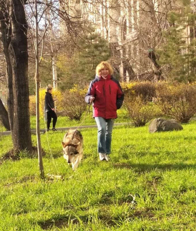 Ольга с Канисом у высотки 20 апреля 2020 5.jpg