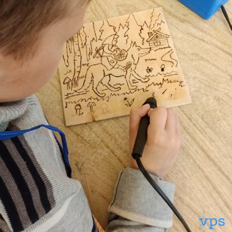Мальчик выжигает картину Канис и Коасная Шапочка Нижний Тагил.jpg