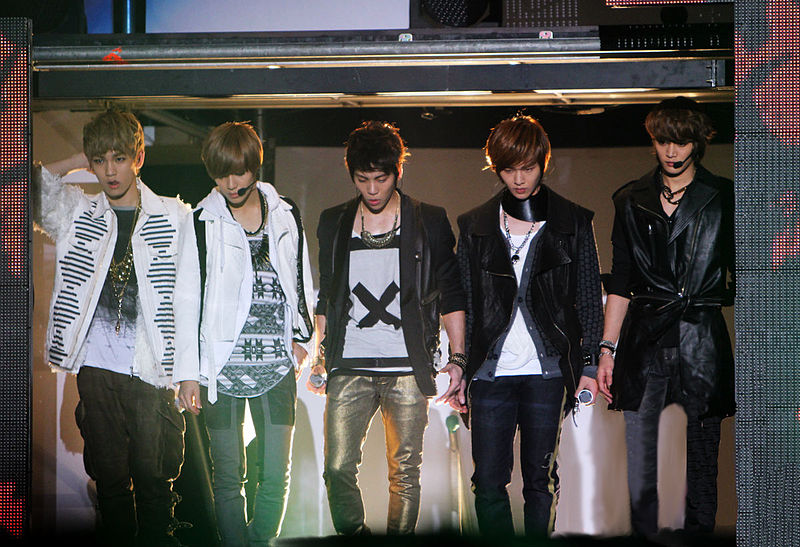 800px-SHINee_2011_Gayo_Daejun