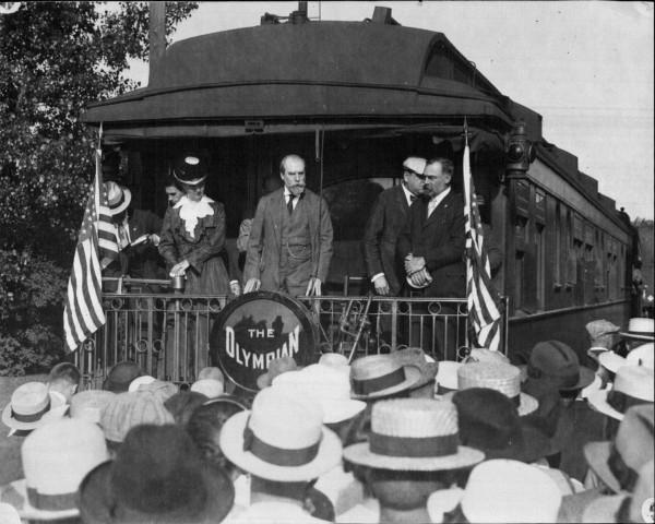 Charles_E_Hughes_campaigning_in_Winona_MN_1916.jpg