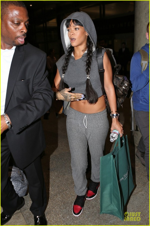 rihanna-toned-tummy-at-lax-airport-01