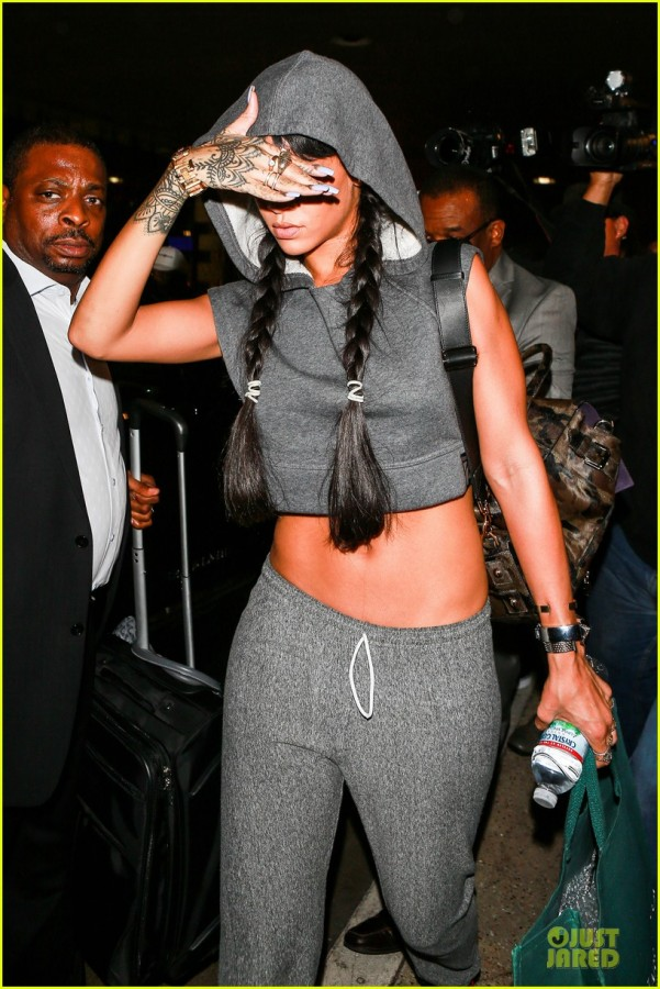 rihanna-toned-tummy-at-lax-airport-06