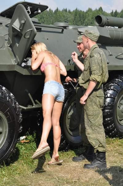 солдаты и блондинка