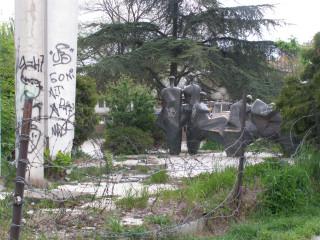 Вандализированный монумент Дружбе народов