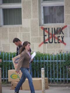 Популярные албанские граффити против администраций ООН и Евросоюза