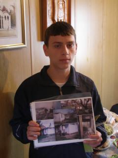 Беженец Никола с фотографиями своего бывшего дома