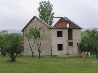 Брошенный дом к югу от Приштины, где в 2004 году были убиты трое сербов