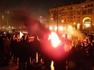 Киев, Крещатик. Перед зданием мэрии горят покрашенные под жетоны автопокрышки. Фото Юрия Лебедева