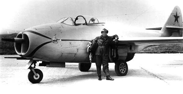 Лётчик-испытатель Гринчик А.Н. у самолёта МиГ-9