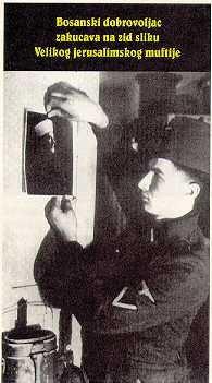Seorang tentera Nazi melekatkan gambar Mufti Al-Quds