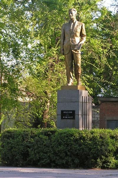 Памятник П. Л. Войкову скульптора Н. А. Бедниченко, установлен в Керчи 30 апреля 1961 года (фото 2005 года)