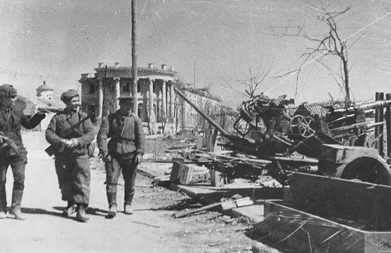 06. Советские автоматчики проходят по набережной освобождённой Керчи, 1944 год, фото И. Тофана.jpg