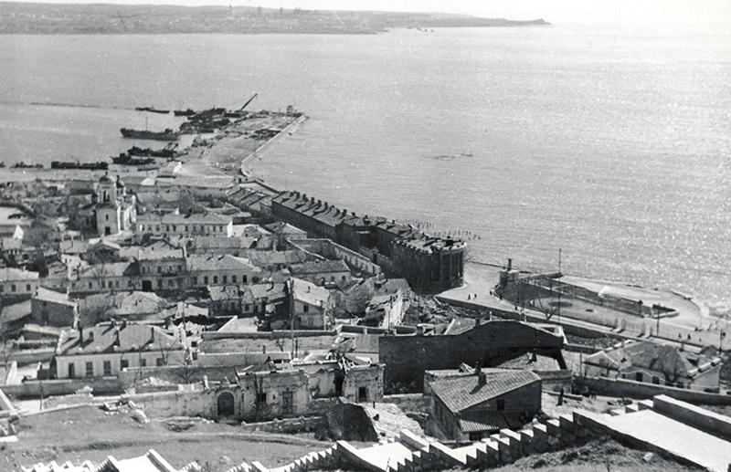 07. Панорама разрушенного войной города, 1947 год.jpg