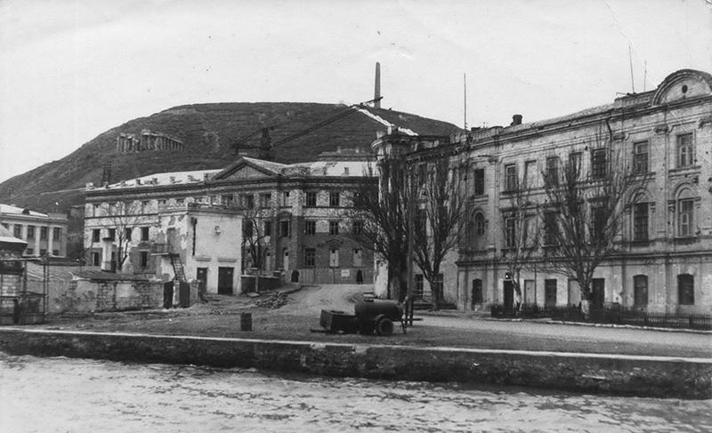 09. Южный фасад бывшего дома Домгера, строительство АзЧерНИРО, 1957 год, из собрания М. Голованова.jpg