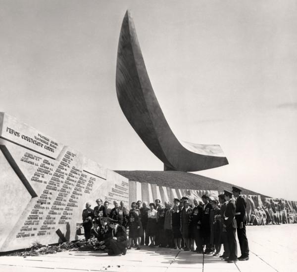 Памятник Парус десантникам Эльтигена.jpg