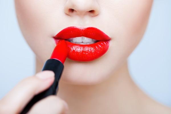 губы в ярко красной помаде