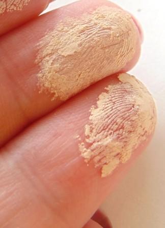 карамелька на пальцах