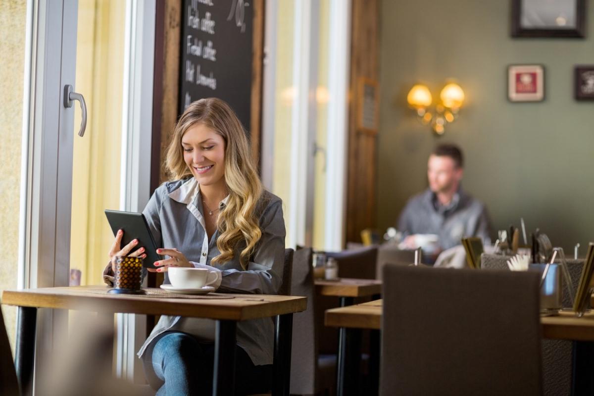 фотографии девушка в кафе