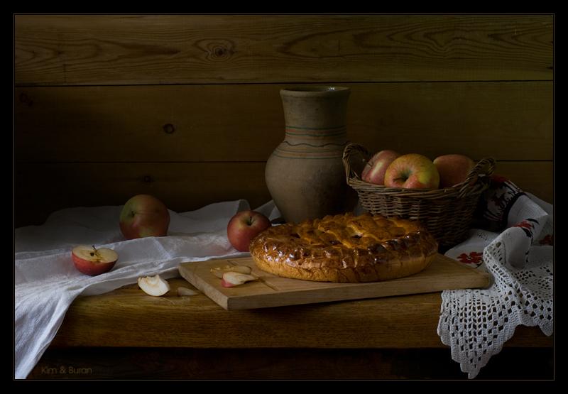 Натюрморт с яблочным пирогом