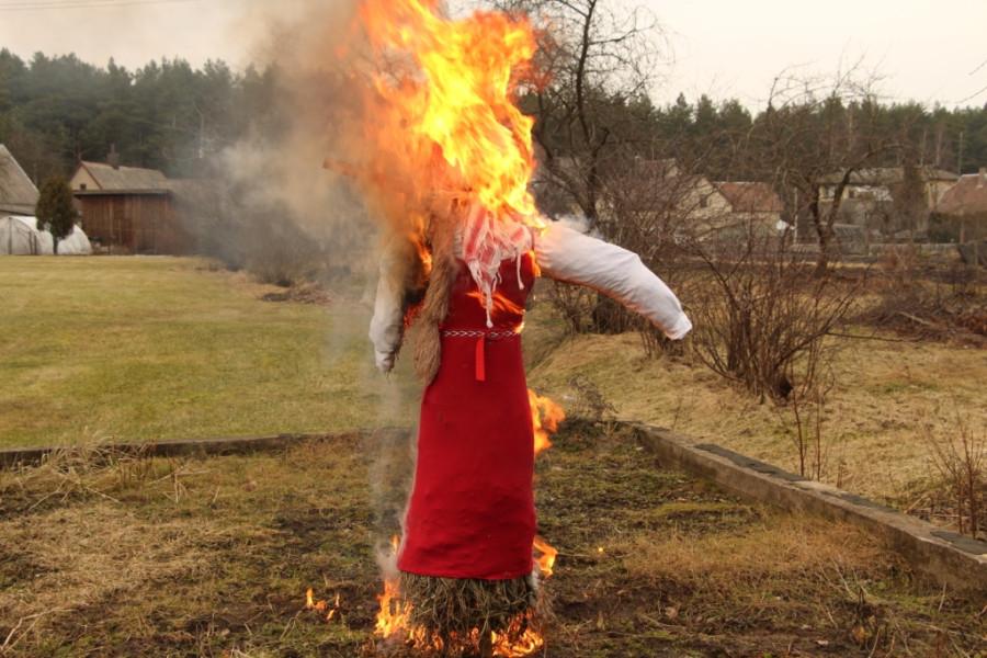 чучело горит